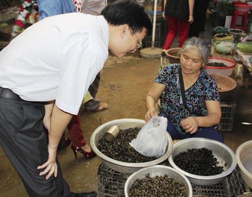 Người dân mua ốc khe - đặc sản chỉ có ở hội rằm tháng 3 Minh Hóa.